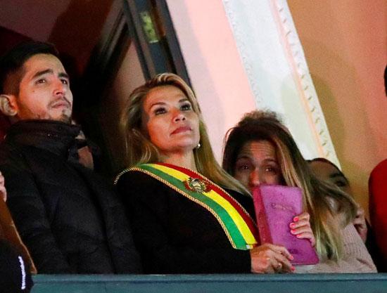 رئيسة-بوليفيا-بشرفة-القصر-الرئاسى