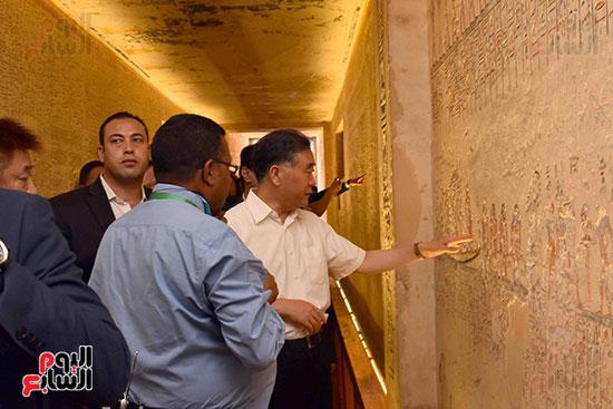 نائب رئيس الصين يستمع لشرح مفص حول مقابر ملوك الفراعنة