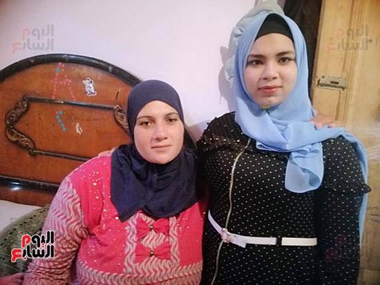 أميرة-أحمد-الشهيرة-بفتاة-العياط-مع-والدتها-(1)