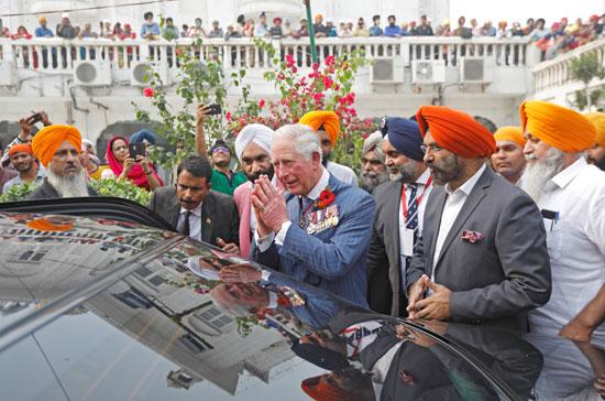 ولى-العهد-البريطانى-يتبادل-التحية-مع-الحضور-على-الطريقة-الهندية
