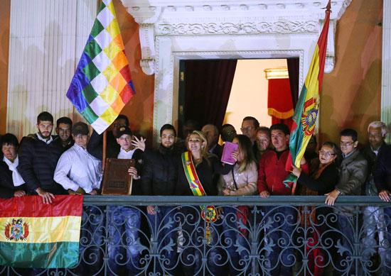 رئيسة-بوليفيا-المؤقته-بين-أنصارها