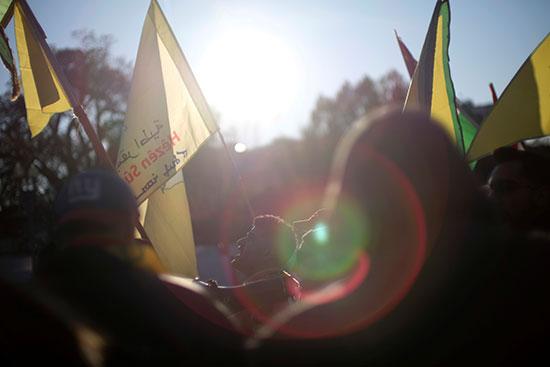 رفع الاعلام الكردية اثناء مظاهرة امام البيت الابيض احتجاجا على زيارة اردوغان