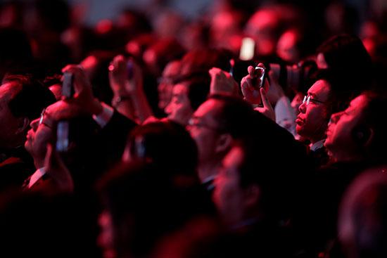 الحضور يلتقطون الصور لرؤساء دول البريكس