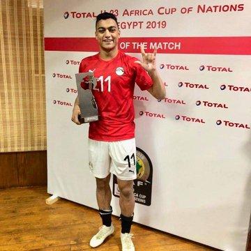 مصطفى محمد مع جائزة أفضل لاعب