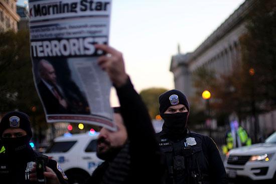 المحتجون يرفعون نسخة من صحيفة تصف اردوغان بالارهابى