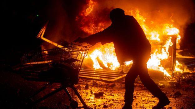 احتراق المحلات التجارية والكثير من الاماكن الأخرى فى تشيلى