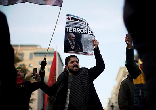 محتج مؤيد للأكراد يرفض زيارة اردوغان للبيت الابيض