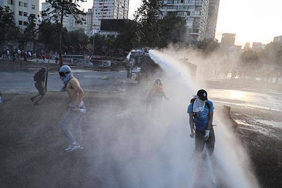 قوات الامن التشيلى تدفع المتظاهرون بالماء لتفريقهم
