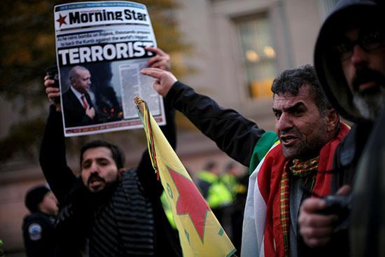 المحتجون يرفعون صحيفة تصف أردوغان بالإرهابى