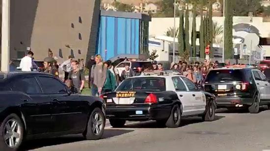 الشرطة الأمريكية تغلق المدرسة وتأمن الطلبة