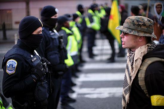 قوات الأمن الأمريكية تطوق المحتجون أمام البيت الابيض