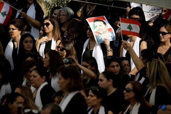 المئات يرتدون اللون الأسود خلال مراسم تشييع الجثمان