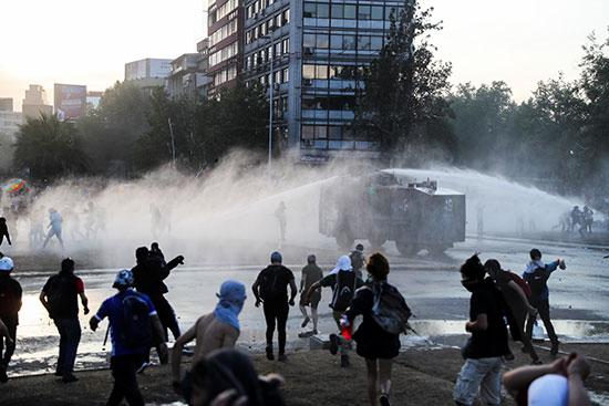 كر و فر بين المتظاهرون فى تشيلى وقوات الامن