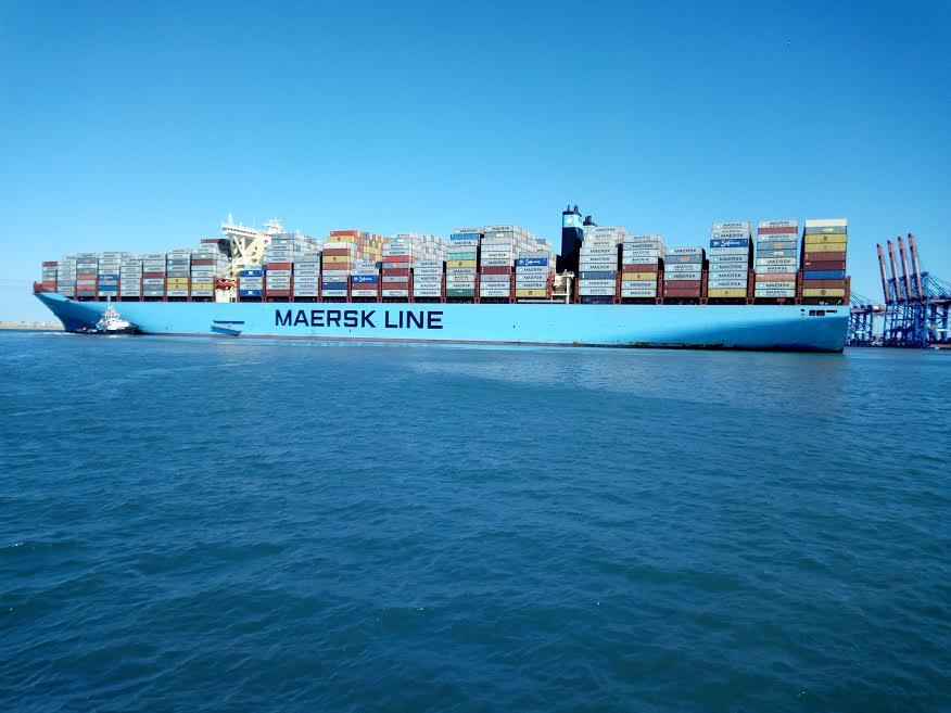 8- سفينة بضائع تعبر القناة