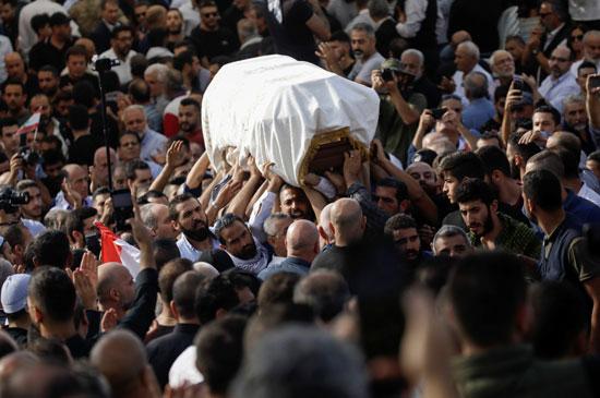 الآلاف يحملون الجثمان