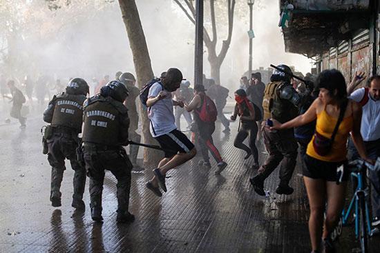 قوات الأمن فى تشيلى تفرق المتظاهرون