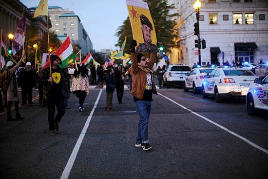 المحتجون يرفعون اعلام الاكراد