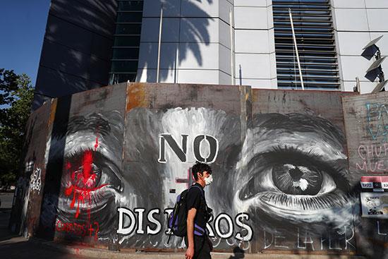 المتظاهرون برسمون الحوائط برسومات احتجاجية
