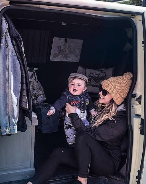 سارة والطفل فى الشاحنة