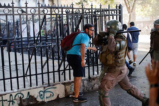 فرد أمن تشيللا يضرب أحد المتظاهرين