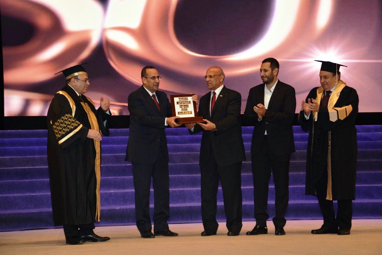 وزير التعليم العالى ومحافظ شمال سيناء وحسن راتب فى احتفالية جامعة سيناء (13)