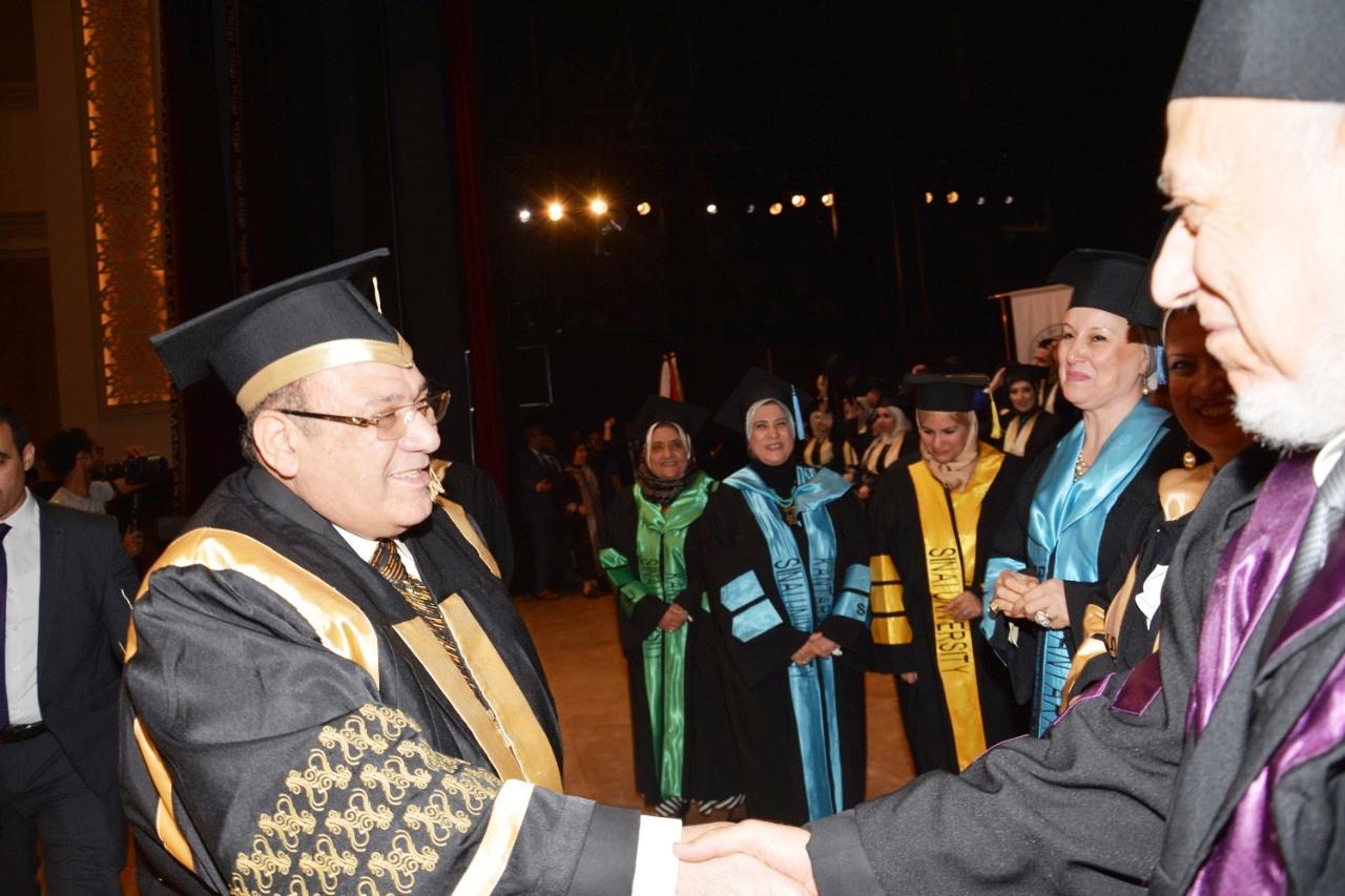 وزير التعليم العالى ومحافظ شمال سيناء وحسن راتب فى احتفالية جامعة سيناء (1)