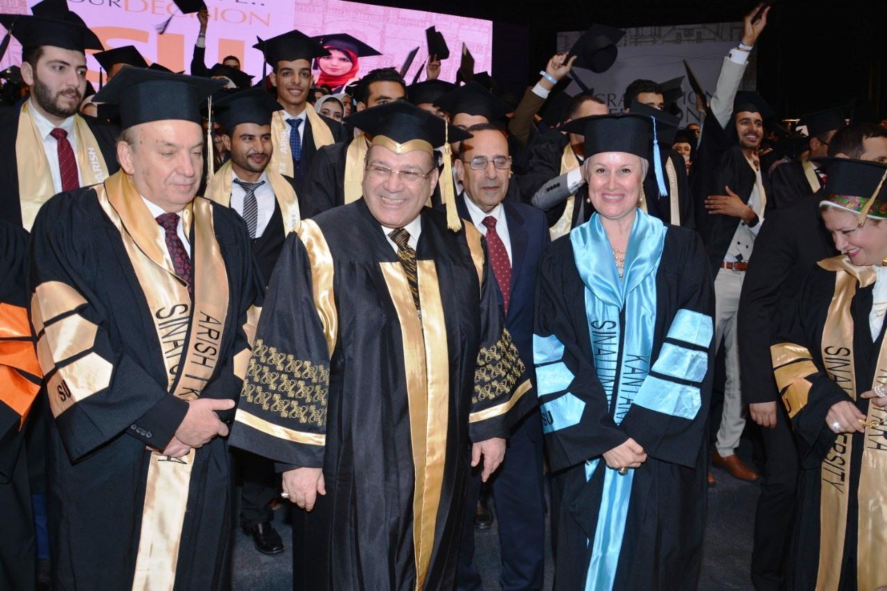 وزير التعليم العالى ومحافظ شمال سيناء وحسن راتب فى احتفالية جامعة سيناء (12)