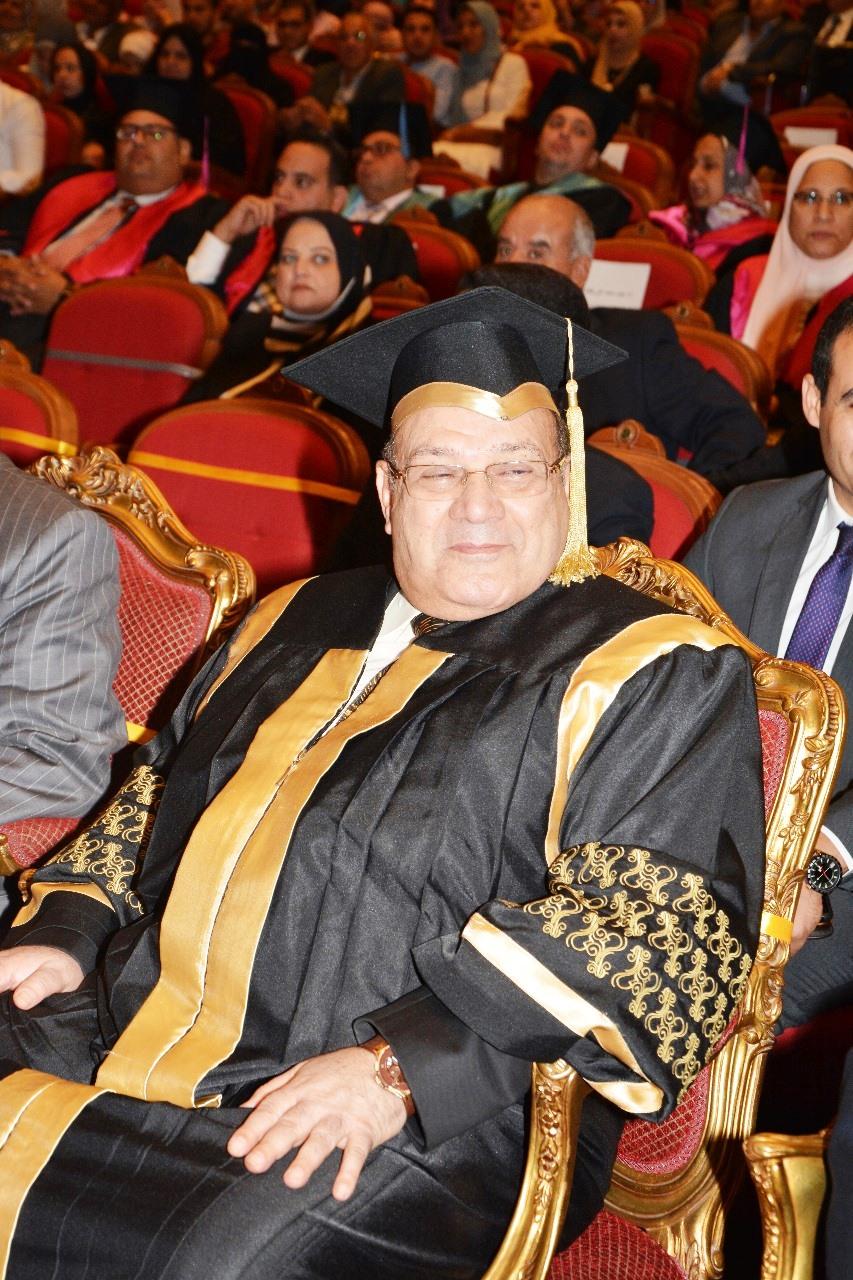 وزير التعليم العالى ومحافظ شمال سيناء وحسن راتب فى احتفالية جامعة سيناء (9)
