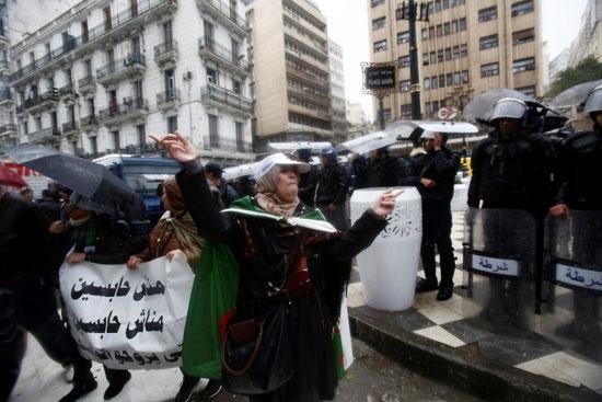 هطول الامطار على المتظاهرين