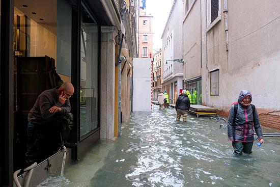مياه الفيضانات تغمر شوارع البندقية