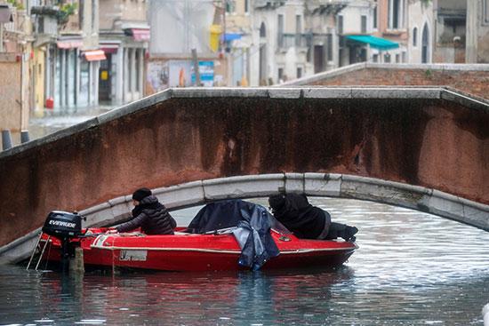 البعض يستخدمون القوارب الصغيرة للتنقل فى مياه الفيضانات