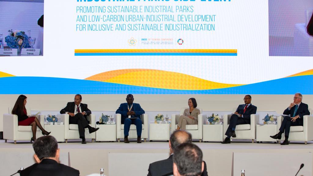 ممثل وزارة الصناعة خلال المشاركة بجلسة المجمعات الصناعية المستدامة