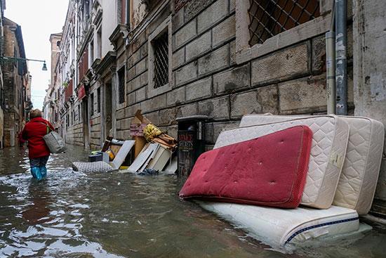 المياه تغرق أثاث أحد المنازل