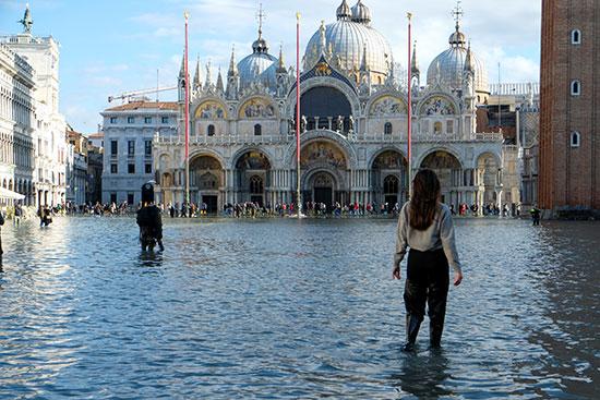 مياه الفيضان تغرق ساحة كاتدرائية القديس مرقس