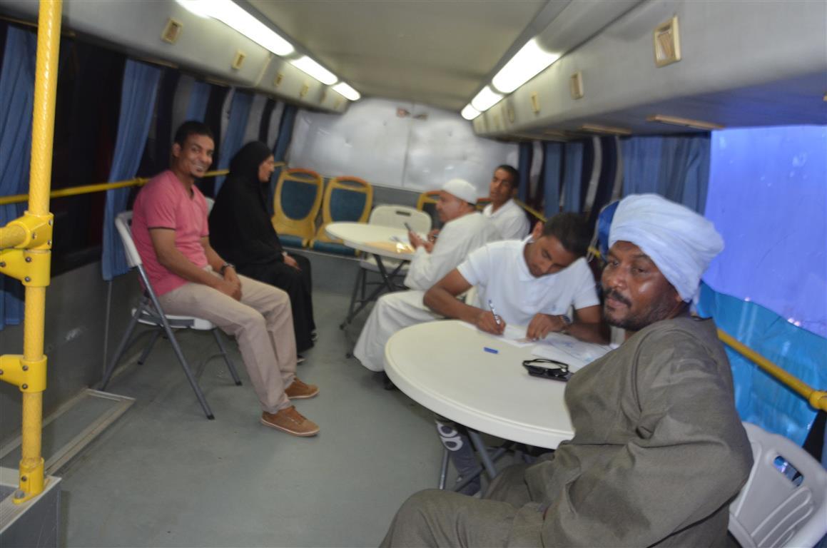 مدير صحة إسنا سيارة التأمين الصحي الشامل سجلت 150 مواطن خلال 24 ساعة (5)