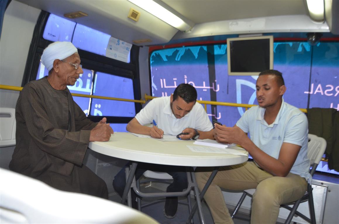 مدير صحة إسنا سيارة التأمين الصحي الشامل سجلت 150 مواطن خلال 24 ساعة (3)