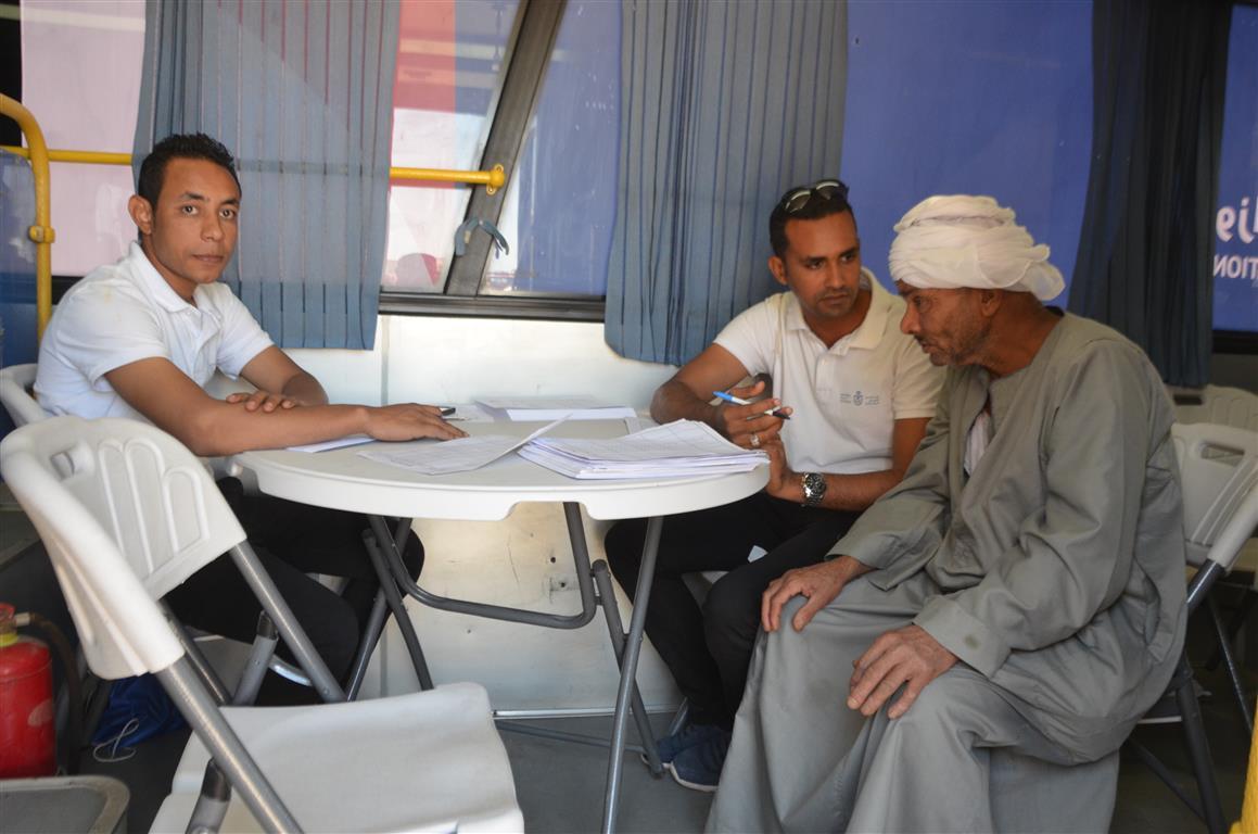 مدير صحة إسنا سيارة التأمين الصحي الشامل سجلت 150 مواطن خلال 24 ساعة (2)