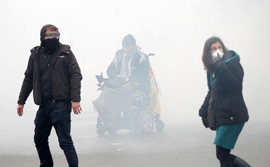 الغاز المسيل للدموع يغطى سماء العاصمة