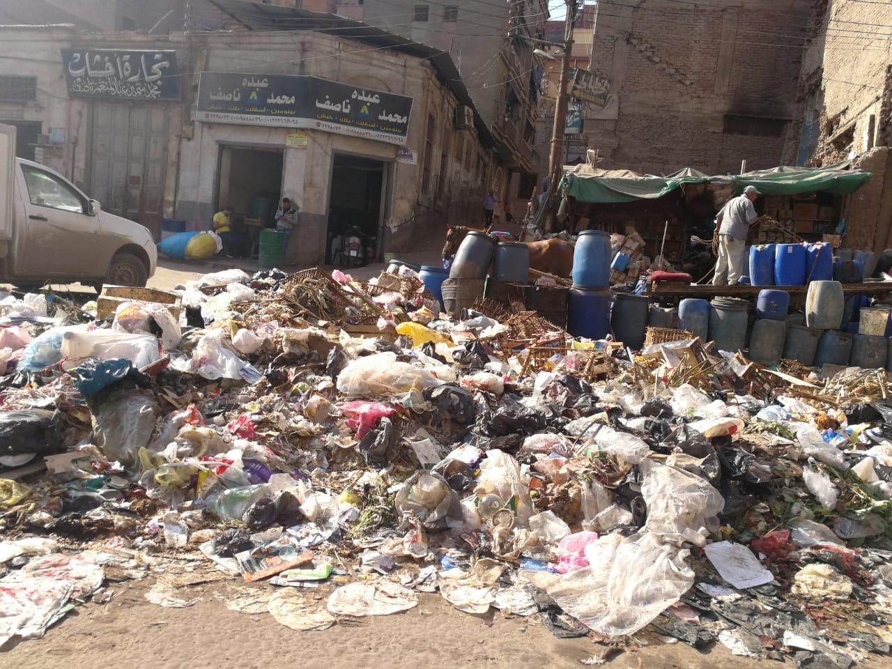 القمامة تحاصر ميدان المحجوب (1)