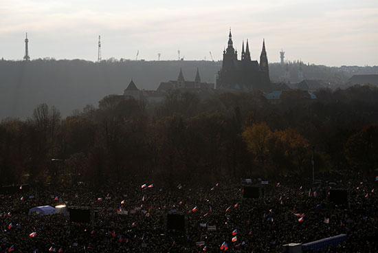 الشعب التشيكى يحتج على الحكومة ويطالب باستقالة رئيس الوزراء