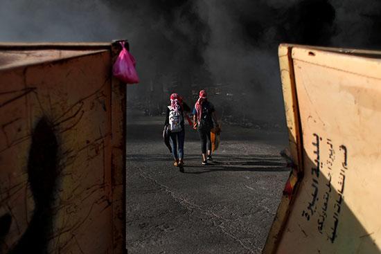 المتظاهرات الفلسطينيات يسيرن خلال مظاهرة مناهضة لإسرائيل بالقرب من مستوطنة بيت إيل
