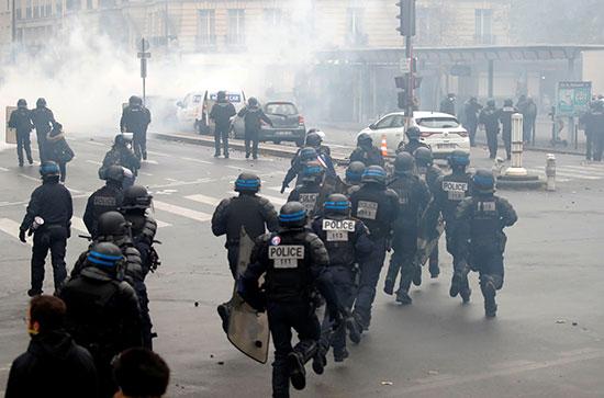 شرطة فرنسا تلقى الغاز المسيل للدموع