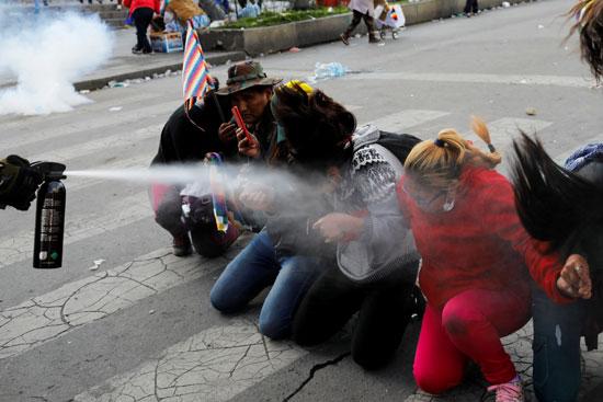 الشرطة تطلق غاز الفلفل على المتظاهرين
