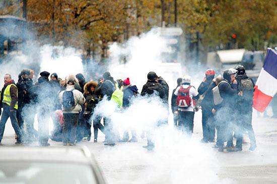 الشرطة تلقى الغاز المسيل للدموع