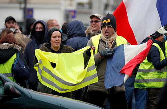 أعضاء الحركة يحتجون بالسترات الصفراء