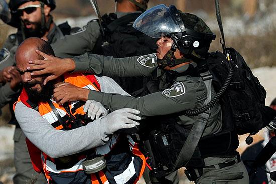 قوات لاحتلال تشتبك مع مسعف لغبعاده عن اسعاف المصابين الفلسطينيين خلال المظاهرة