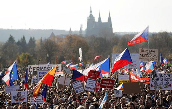 الألاف يحتجون فى براغ ضد رئيس الوزراء