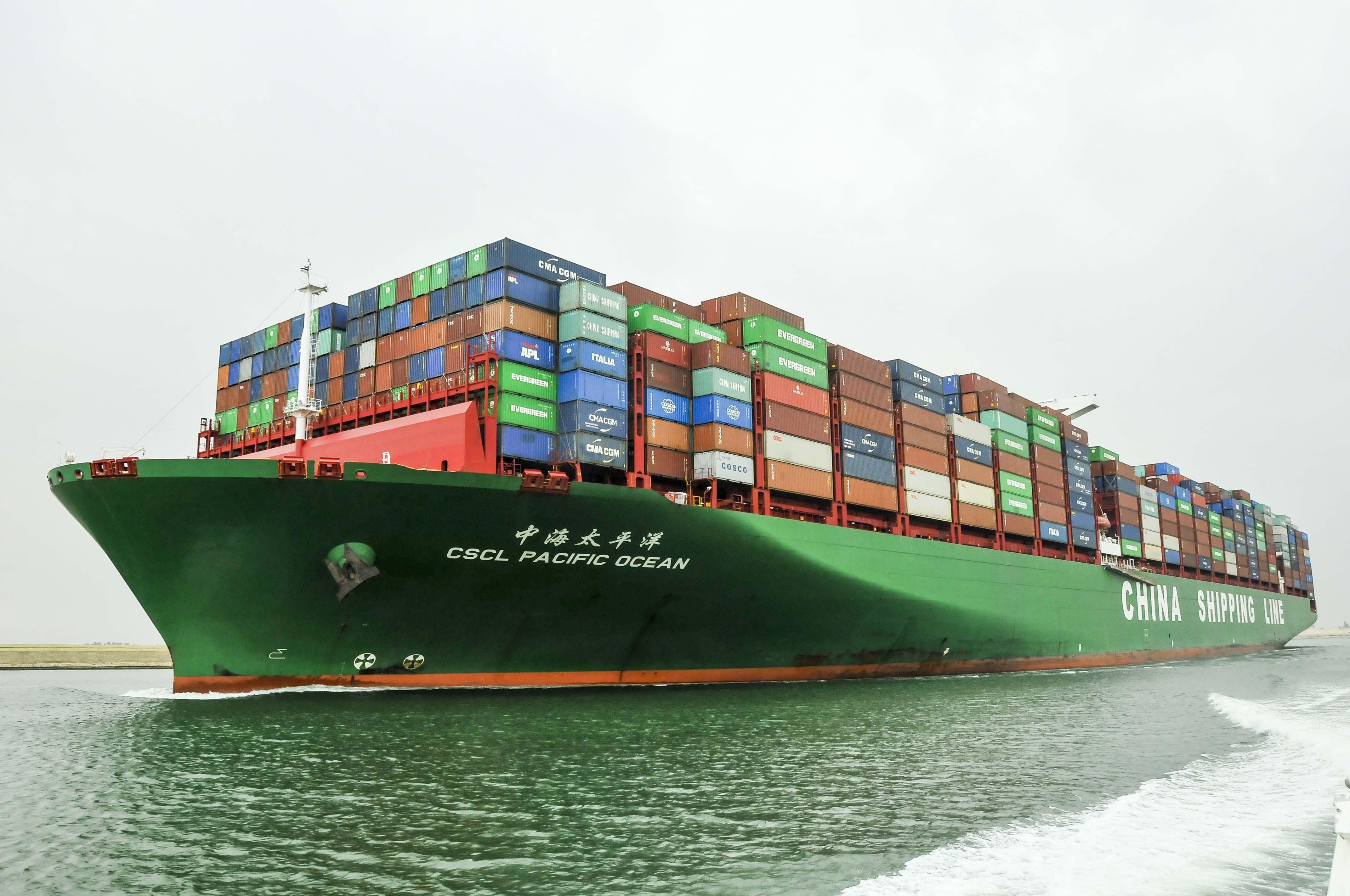 سفينة الحاويات العملاقة CSCL PACIFIC OCEAN تعبر القناة على رأس قافلة الشمال