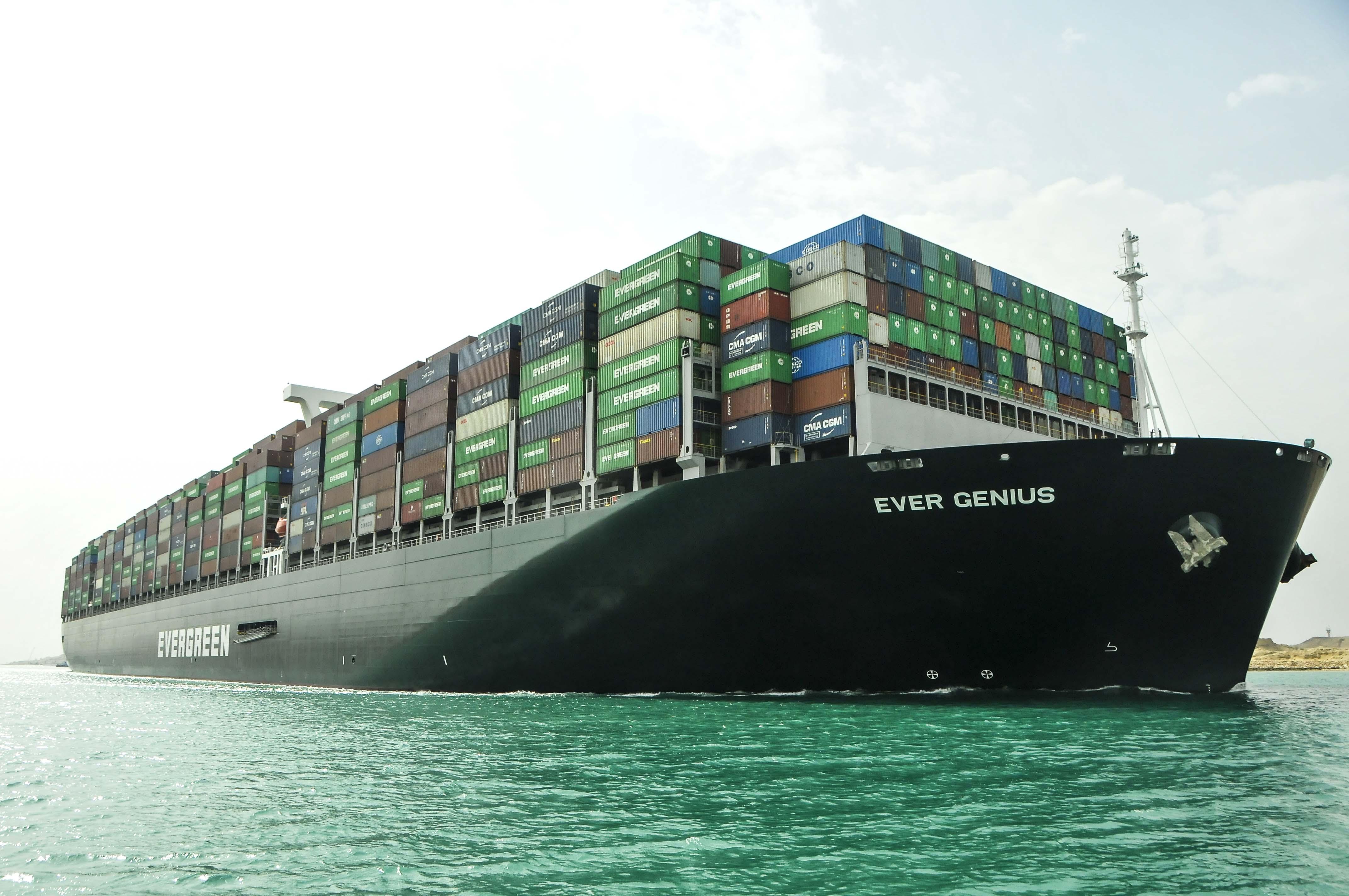 سفينة الحاويات البنمية EVER GENIUS تعبر القناة على رأس قافلة الجنوب