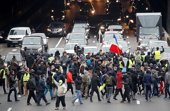 مسيرة أصحاب السترات الصفراء تقطع الطريق